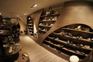"""Détails du meuble d'exposition du magasin """"Chaussures René"""" à Dax par déco-mag"""