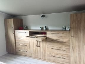Plan large du meuble en bois et du plafond tendu posé par déco-mag